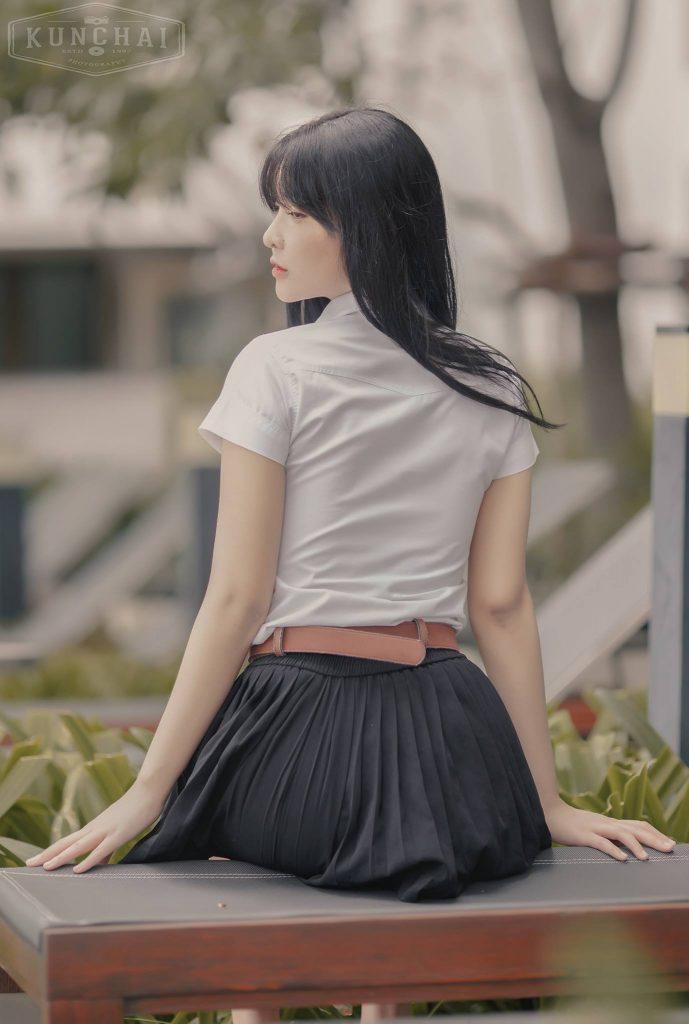 นางแบบสาวในชุดนักศึกษา